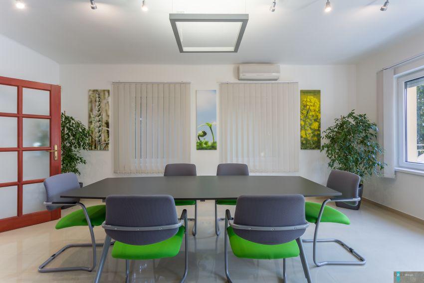 Családi házba tervezett irodát a Castdesign tárgyaló