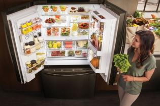 Koppintásra válik átlátszóvá az okos hűtő ajtaja