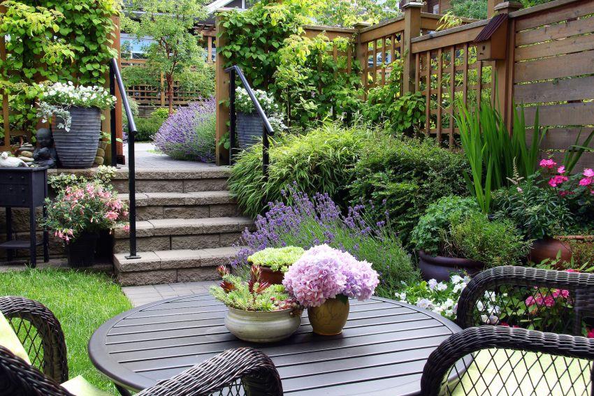 Gyönyörű kert fonott ülőgarnitúrával