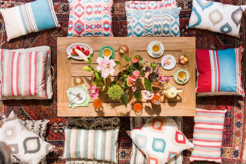 Színes párnák és szőnyegek kertben