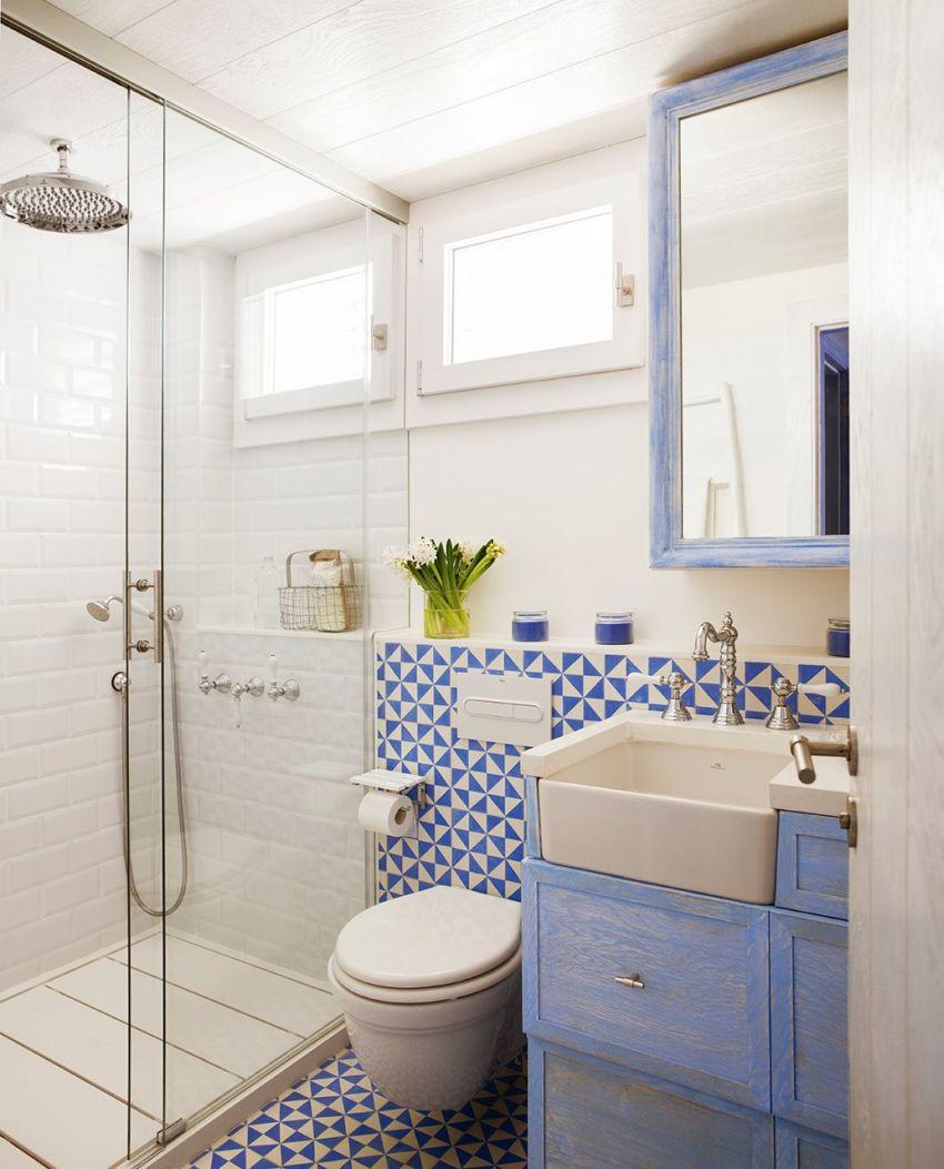 Spanyol csempe Vives fürdőszobában és fehér metró csempe
