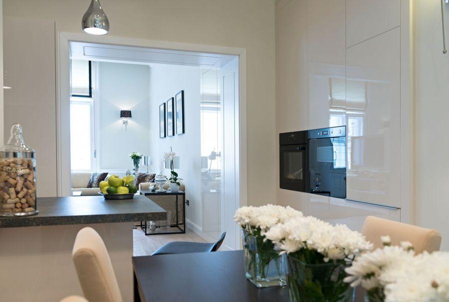 Magasfényű fehér konyhabútor és étkezőbútor
