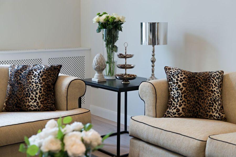 Klasszikus kanapé ocelot mintás párnákkal