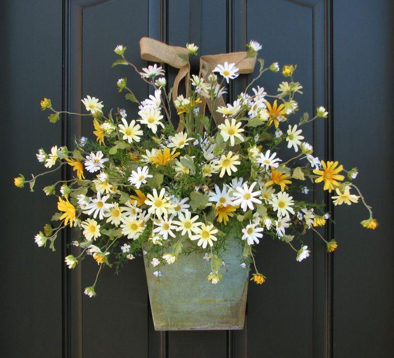 Élő virágok a bejárati ajtón
