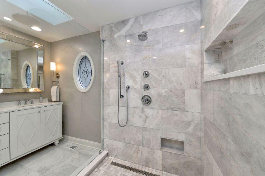 Szürke burkolólapok a zuhanyzóban