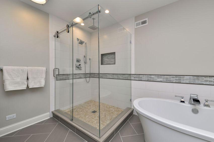 Modern zuhanyzó kavicsburkolattal