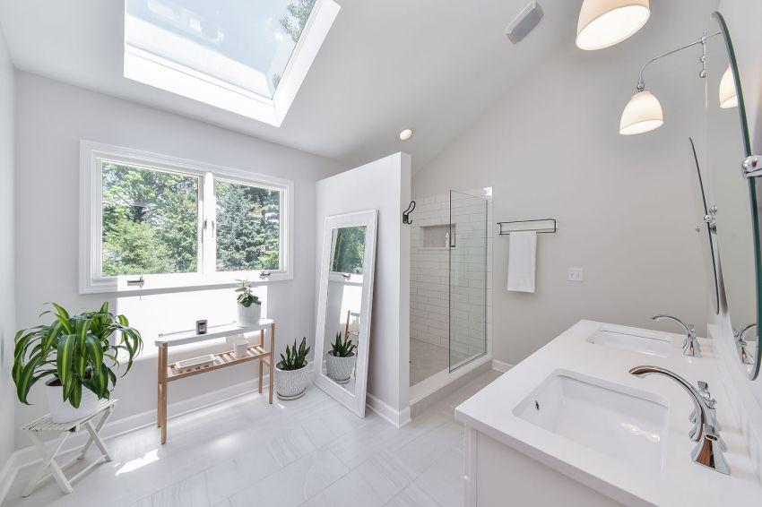 Fehér tetőtéri fürdőszoba metró csempével