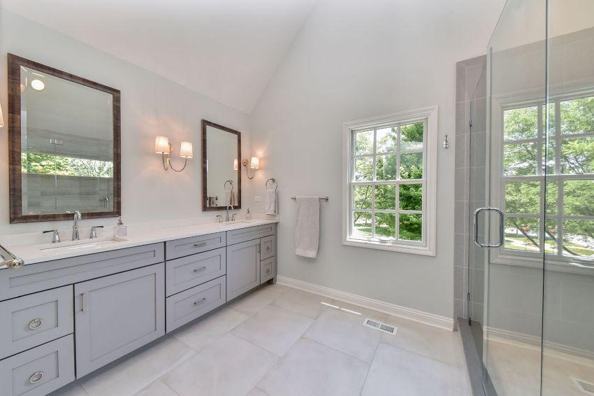 Szürke faltól-falig fürdőszoba szekrény