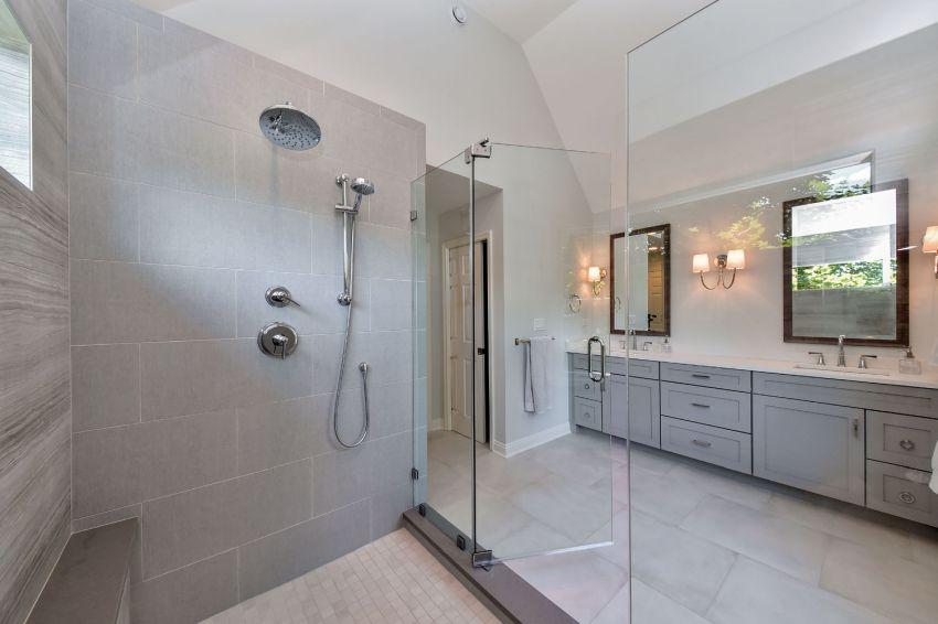 Nagy méretű zuhanyzó tervezése fejzuhannyal