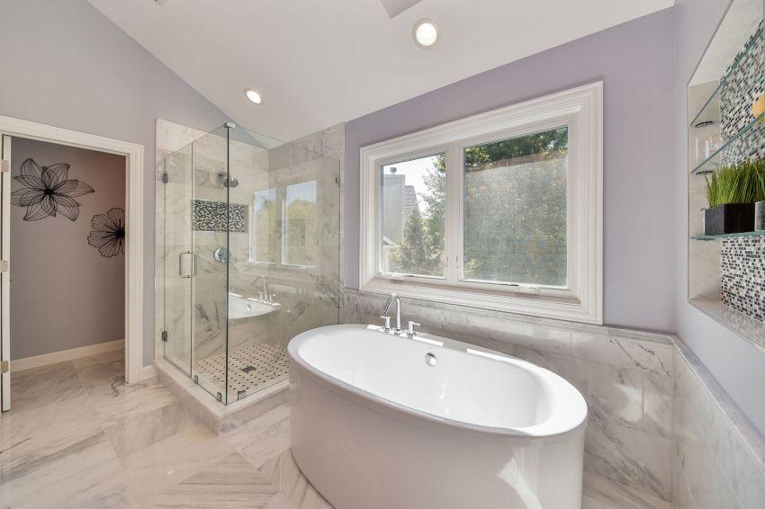 Zuhanyzó és fürdőkád elhelyzése a fürdőszobában