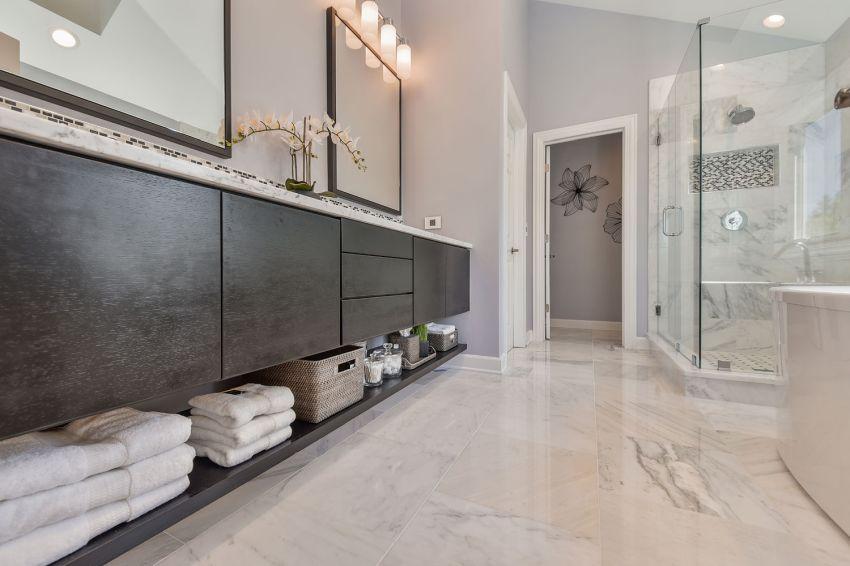 Nagy fürdőszobai szekrény nyitott alsó polcokkal