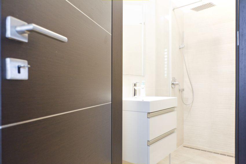 Acélbetétes fürdőszobai ajtó design kilincs