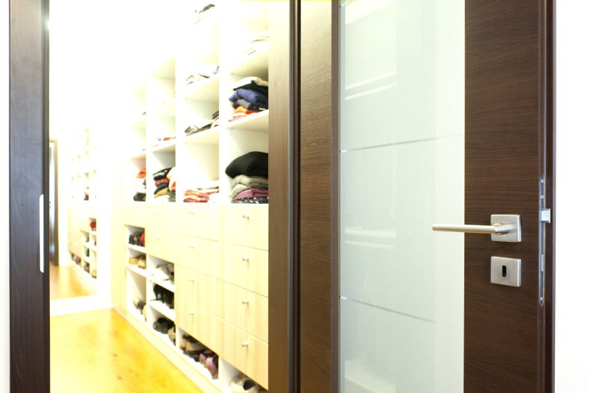 Üvegezett ajtó a gardróbhoz