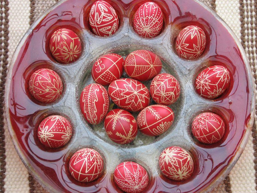 Locsolóváró tál piros tojásokkal