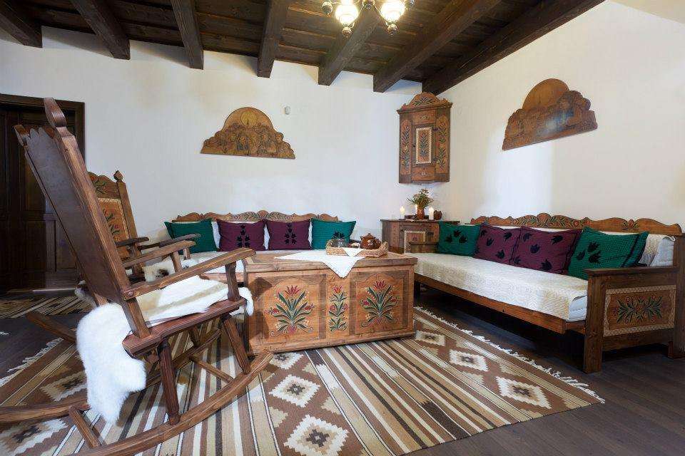Székely ház nappalija kézzel festett bútorokkal