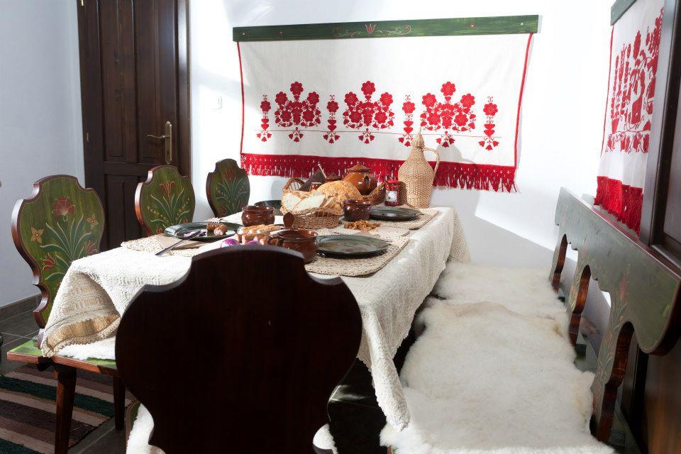 Székely ház étkezője festett étkezőszékekkel