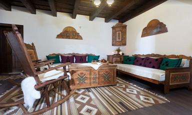 Gyönyörű bútorokat fest a sikaszói székely ház lakberendezője
