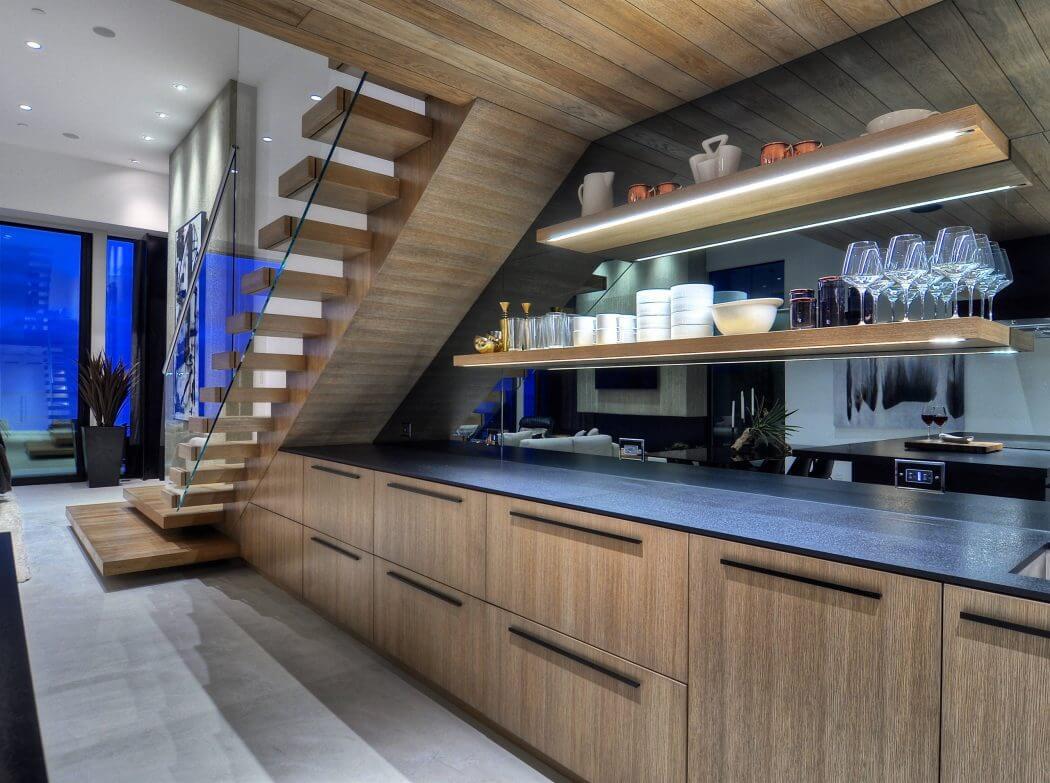 Sok tárolószekrénnyel épített modern tölgyfurnéros konyha
