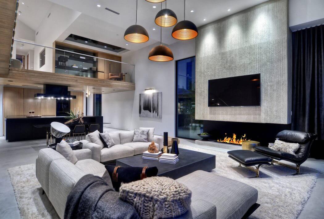Széles beépített kandalló kortárs modern nappaliban