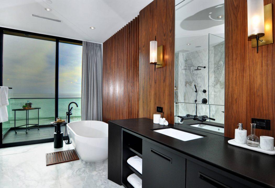Tengerre néző fürdőszoba kaliforniai villából