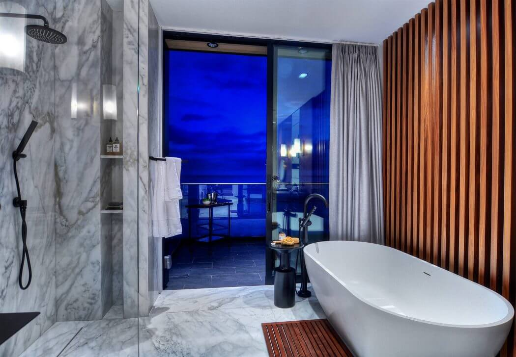Modern márvány burkolatos fürdőszoba