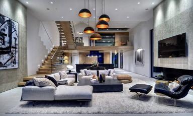 Tengerparti villa dekoratív belső terekkel hatalmas konyhával