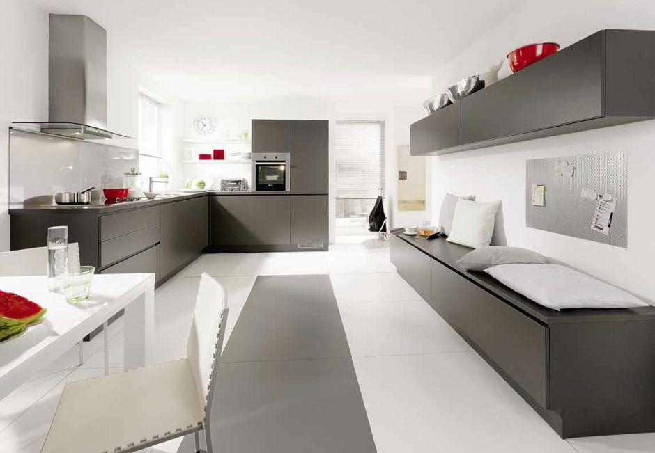 Szürke konyhabútor világos konyhába