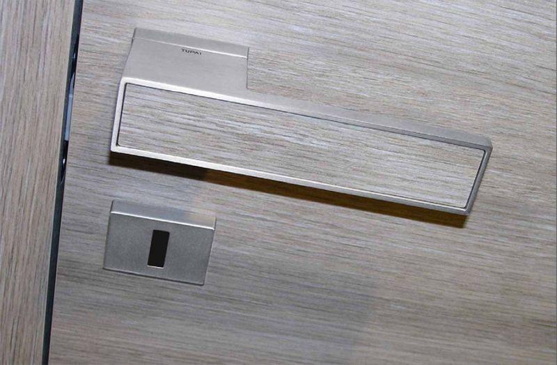Az ajtó színével azonos kilincs