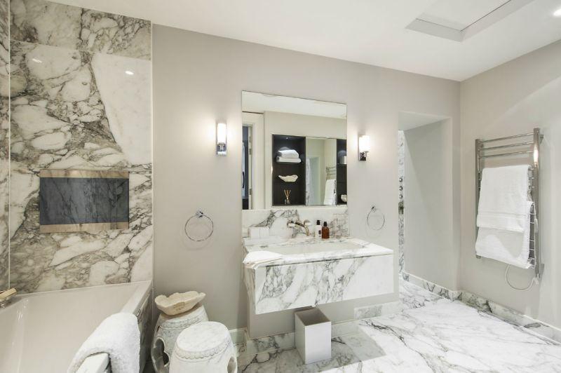 Márvány burkolat a fürdőszobában