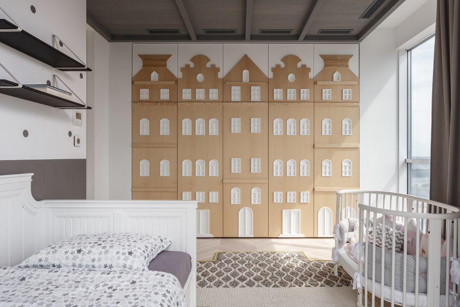 Dekoratív gyerekszobai dekoráció a tárolószekrény falán