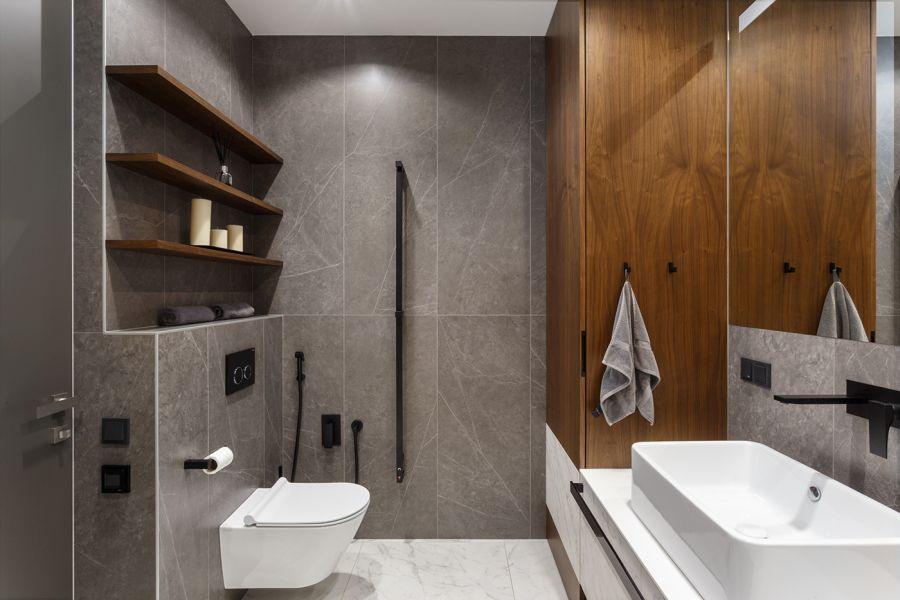 Modern fürdőszoba taupe színű burkolólapokkal