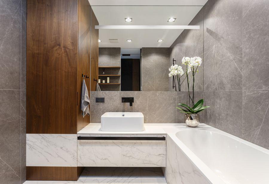 Modern márvány burkolat és térnövelő ötlet tükörrel