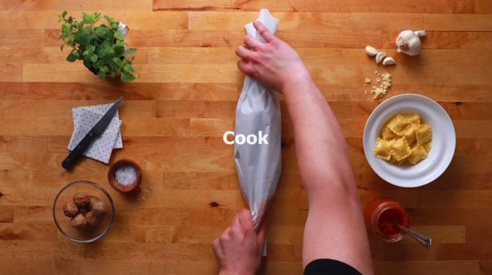 Ravioli svéd húsgolyóval Ikea előre megrajzolt sütőpapíron