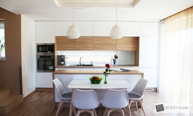 Természetes színeket kapott a csepeli családi ház nappalija és konyhája