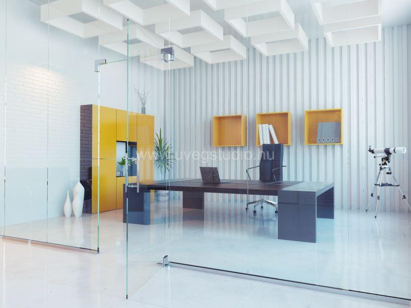 Vezetői iroda üvegfallal elválasztva