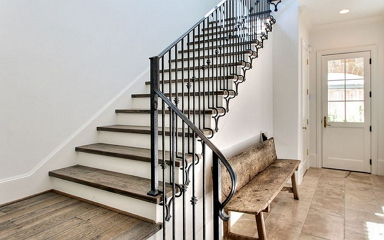 Kovácsoltvas lépcsőkorlátok, kapaszkodók beltéren és kültéren
