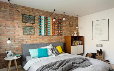 Modern színes ekletikus lakberendezés tágas dolgozószobával