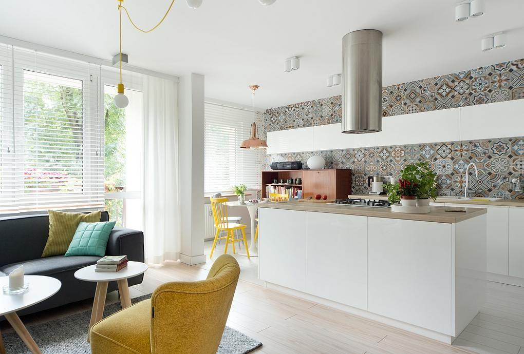Modern szigetes konyha konyhafal burkolat ötlet