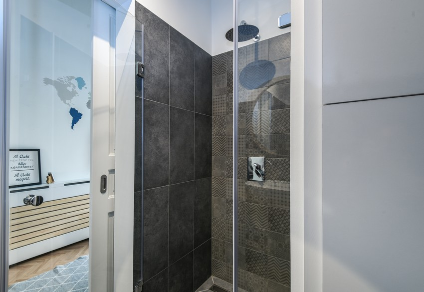 Sötét betonhatású falburkolat zuhanyzóba