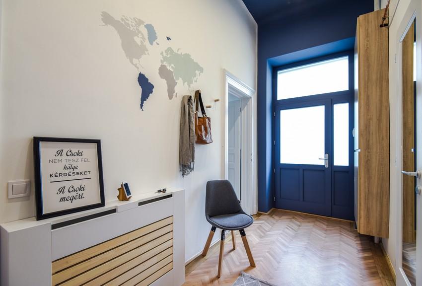 Világos előszoba kék ajtó és kék mennyezet radiátortakaró ötlet