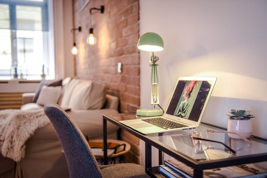 Kis dolgozóasztal, laptopasztal