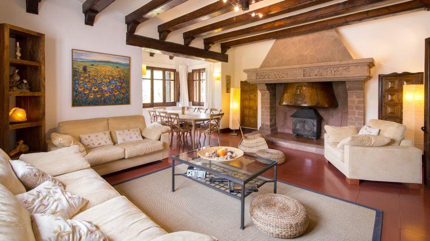 Szépen fotózott vidéki ház nappalija