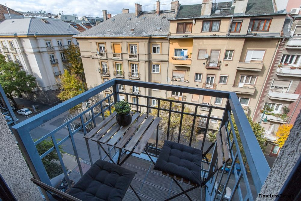 Pici erkély két székkel, összecsukható asztallal