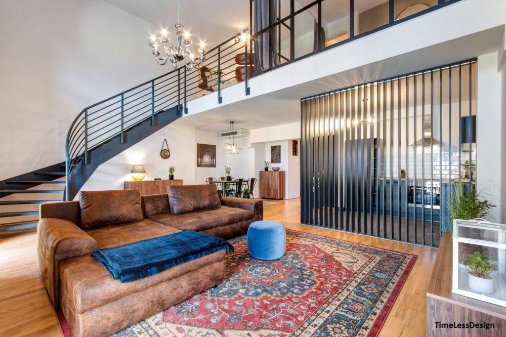 Loft lakás bőr kanapéval, keleti szőnyeggel