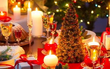 Karácsonyi dekorációs ötletek kékkel, zölddel, arannyal és ezüsttel