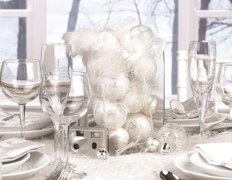 Világos ezüst színű asztaldekoráció