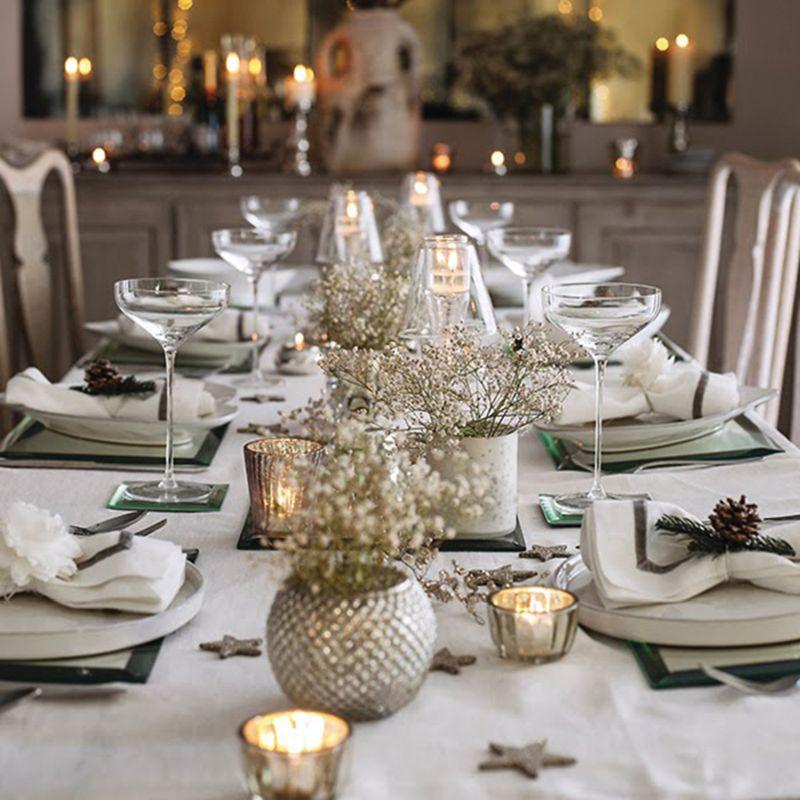 Ezüst és fehér asztaldekoráció