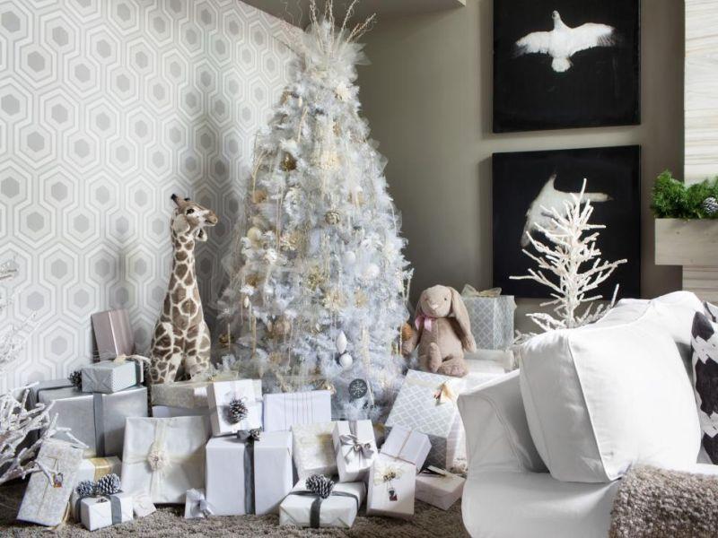 Modern fehér karácsonyfa
