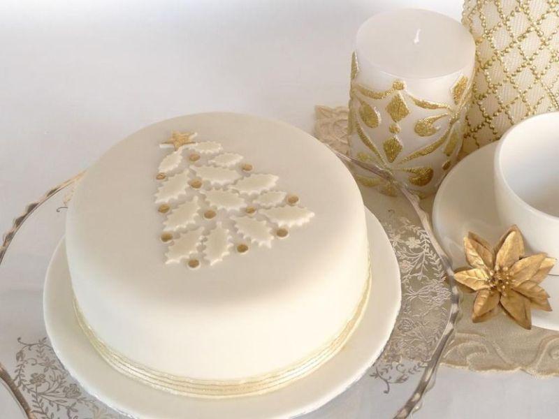 Fehér torta karácsonyfa mintával