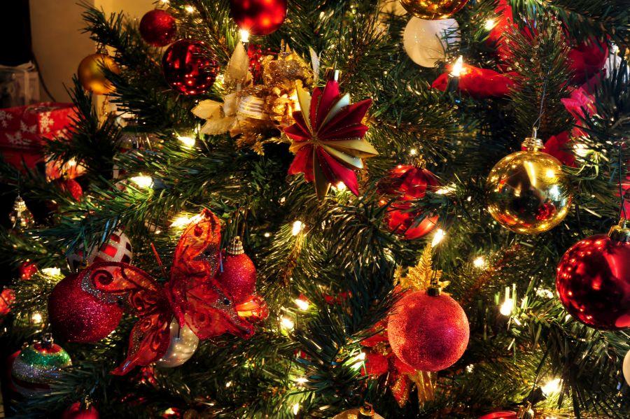 Piros karácsonyfadíszek